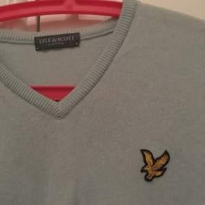 En Lyle & Scott tröja.  Ok skick, litet hål av larm vid sidan av tröjan.