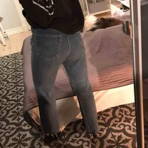 Levis jeans som är märkta med w33 L36. Men jag är 164 och har storlek w25 L30. Finns i en till annons på min sida. Säljs pga flytt