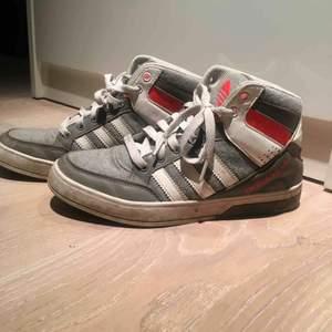 Adidas Sneakers i strl 37.5, använda ett par gånger i bra skick. Säljer på grund av att dem blivit för små