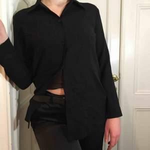 jättesöt lite see-through skjorta från mallimari! den har bara tre knappar (det ska alltså vara så den är inte sönder) och jättefin krage! passar mig jättebra som är en S!