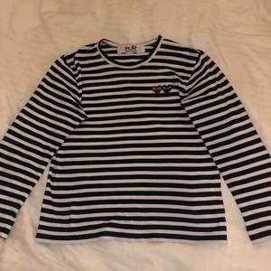 Säljer nu min CDG tröja, pågrund av att den ej kommer till användning längre. Inköpt på NK för 1349kr, men säljer den för 600kr. Tröjan är i fint skick och har bara använts vid 4 tillfällen! Det är marinblåa ränder.