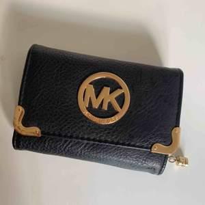 MK plånbok. Köpt andra hand och är inte 100% säker på att den är äkta. Men personen jag köpte den ifrån lovade inget annat. Den är jättefin och i BRA skick.