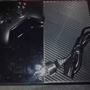 Xbox One set, (1 dosa, kablar & kontroll). Fraktas med schenker för 59kr och finns då att hämtas ut på närmaste utlämningsställe.  Utlovar snabb affär!