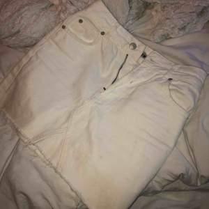 Säljer denna fina jeanskjol ifrån Topshop då den är för kort och för tajt för mig! Jag är 168 cm. Skulle säga att den är mer som en 32 i storleken! Frakt tillkommer på 30 kr! 🥰🥰 Nypris var ca 450kr!