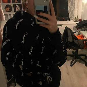 """Oversized hoodie från H&M som det står """"Original"""" på, suuuperskön och stor! Endast använd en gång, säljer då jag har för mycket hoodies.."""