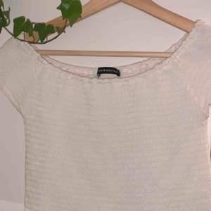Smockad off shoulder tröja från Brandy Melville✨ Skriv privat för fler bilder.   Kan både mötas upp eller frakta :)