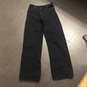 Hej, säljer nu min underbara Monki jeans då de för stora. Använda enbart 4 gånger. Nypris är 400kr. Väldigt bra skick, inga skador eller fläckar. Modellen heter YOKO. Hör av er vid fler frågor!