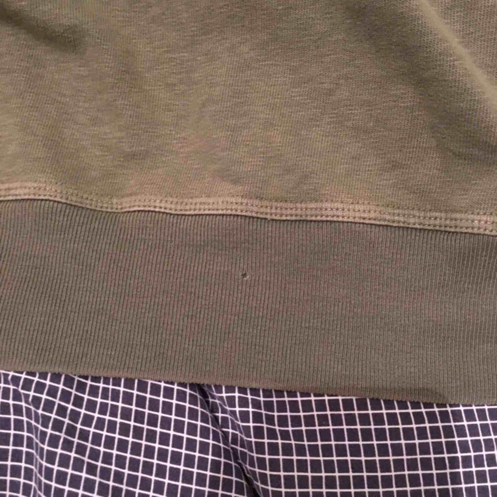 Stone island hoodie strl M olivgrön skick 7-8/10 ett litet hål på baksidan men syns ej vid användning fler bilder kan fås privat. . Huvtröjor & Träningströjor.