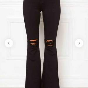 BYTER helst eller säljer dr denim bootcut jeans i vita (hittade inga bilder i vita). Jätte sköna och stretchiga känns knappt som jeans! Hål i och passar mig som är 1,60 ungefär. Byter helst med vita UTAN hål!