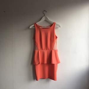 Korallfärgad peplumklänning. Använd ett fåtal gånger.