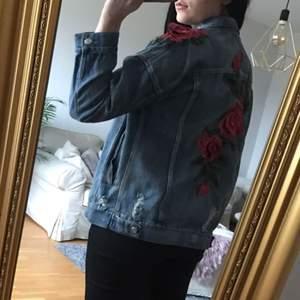 Unik jeansjacka med blommor från JFR.