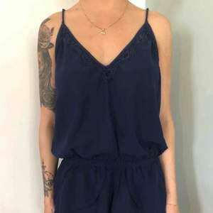 Sovplaysuit mörkblå med spets