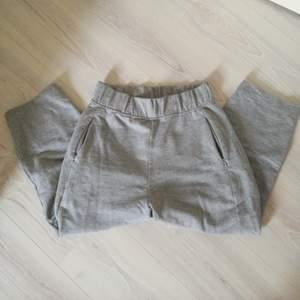Mjukis byxor från WEEKDAY i tjockare material, gråa, visar anklarna på mig som är 161 cm lång. Super sköna och fina! Felfria!