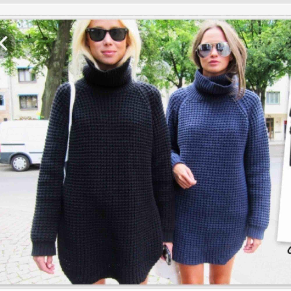 Ombloggad stickad tröja från HOPE Nypris 2099, finns på bl.a Zalando eller HOPEs hemsida. Använd - En liten maska finns på framsidan men är lätt att peta in, se bild. Stickat.