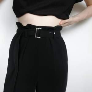 Helt nya och oanvända midjehöga byxor med pressveck från hm. Utsvängda med bälte och dekorativt spänne. Prislapp kvar. Nypris 399.