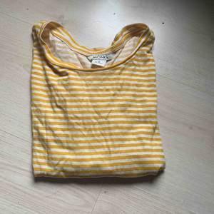 Gullig croppad t-shirt från monki!✨ Skriv om du vill ha fler bilder!  Kan fraktas, köpare står för fraktkostnad! Kolla in mina andra annonser😌✨