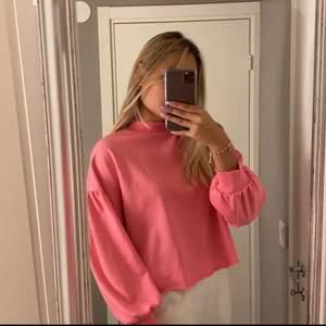 Rosa tröja i storlek XS med puffärmar