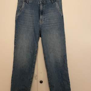 Snygga helt raka jeans från gina tricot. Modellen heter Perfect Jeans. Använda fåtal gånger.