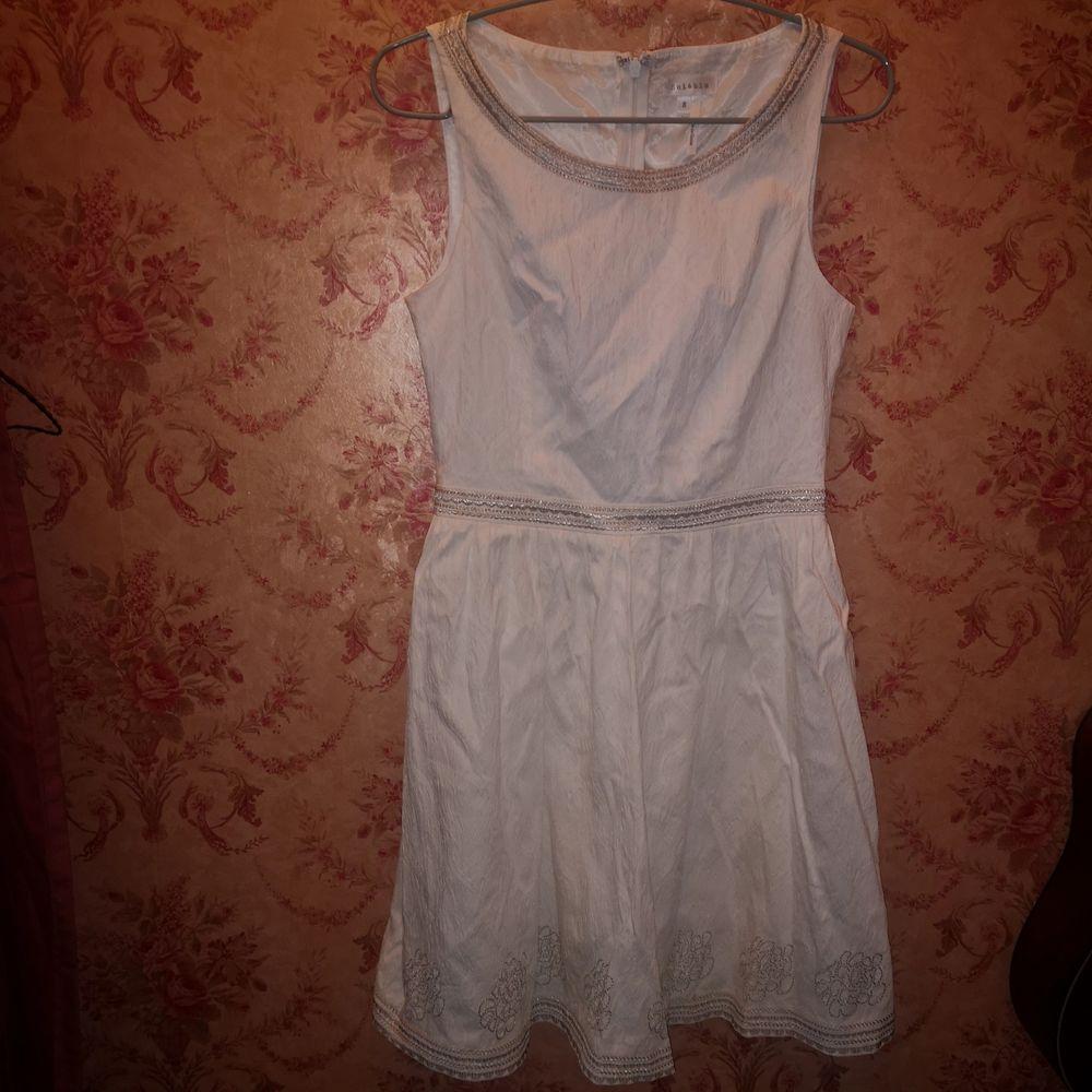 Inköpt på Bahamas och använd 1 gång. Mycket fina silverdetaljer och genomskinligt tyg i ryggen. Passar perfekt som studentklänning för dig som vill ha något unikt. Men även som en enklare bröllopsklänning. Stl S. . Klänningar.