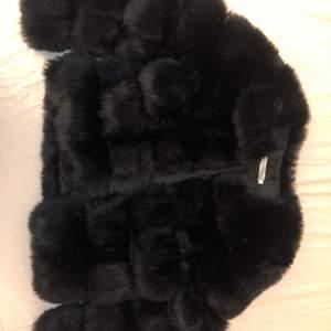 Intressekoll på en fluffjacka i fejkpäla. Köpt för 899kr, aldrig använd. Säljer för 300 + frakt.