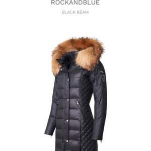 Rock and blue jacka lång, äkta päls använt antal gånger är i bra form. Pris kan diskuteras. Köpt för 3500 säljer för 2000. Köpare betalar för frakt. Säljer pga ny jacka