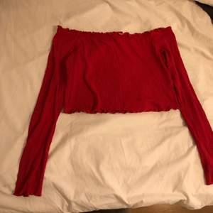 Snygg röd croppad långärmad tröja, den är off shoulder!