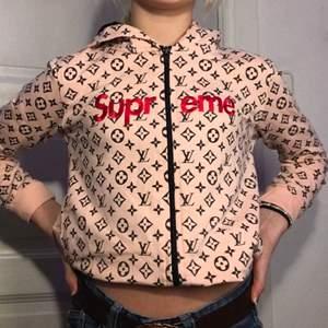 En fake Supreme LV kofta.