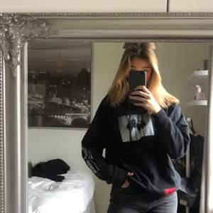 Svart hoodie med några tryck på, as fet. Mysig men lite för liten då jag vill ha den mer oversized💕