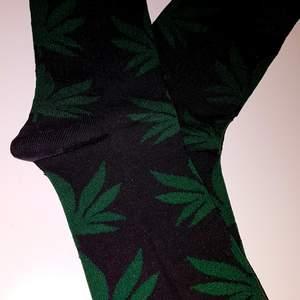 Helt ny / oanvänd! Strumpor av den tyska märke HUF med cannabismönster. Finns inte i Sverige! De är One Size men passar bäst mellan storlek 39- 45