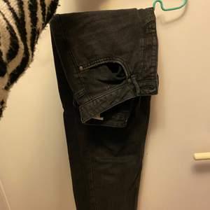 Säljer dessa då jag har ett par liknande jeans så jag har ingen användning för dessa längre. Har använt dem Max 3 gånger o skicket är fortfarande super bra. Högmidjade så de sitter som en smäck