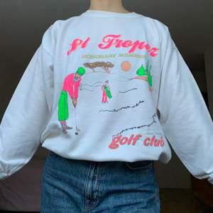 Vit sweatshirt köpt secondhand. Lite gulnad/svag gul fläck runt hals och litet hål på bröstet(se bilder), annars i gott skick! +66kr frakt