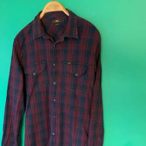 Mjuk skjorta från Lee stl XL slim fit med tryckknappar i lila och mörkblått.
