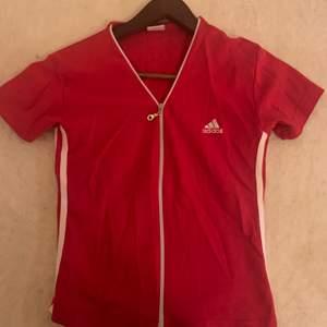 Snygg Addis top/ crop tröja. Köpt secondhand i LA. Strl M