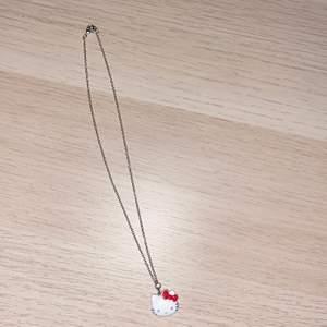 Säljer detta hello kitty halsband som jag gjort själv. (Som man ser på bilden så är själva figuren lite sliten, men inget som riktigt märks på längre håll) 20kr+frakt