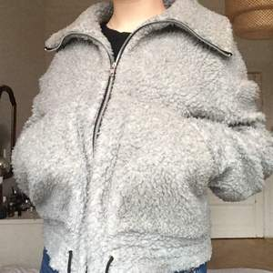 Teddyjacka från House of Sunny! Världens skönaste och funkar både på vår/höst som en tjockare fleece och på vintern med en tröja under. Ganska kort i modellen! Muddarna är långa (ist för vantar!) eller kan vikas - se sista bilden. Bra skick. Frakten står köparen för!<3