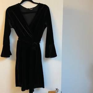 Snygg svart klänning i velvet material. Konstigt ljus på bild två för att se detaljerna. Frakt tillkommer