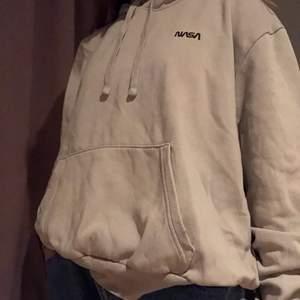 Jag säljer en jättebekväm Nasa Hoodie som jag köpte på H&M för ett tag sen. Jag bär storlek S i vanliga fall och denna sotter perfekt som en oversized hoodie :). Köpte den för 150kr och den är i bra skick 👍 Köparen står för frakt 🚚 ❤️