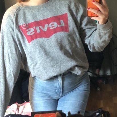 FRAKT INGÅR I PRISET! Levi's tröja som är köpt för ett tag sen men inte använd mer än 2-3 gånger 💖 Storlek S men passar även XS som jag på bilden och M. . Tröjor & Koftor.