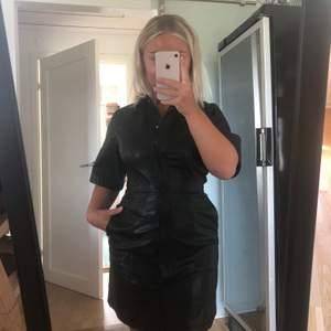 Supersnygg läderklänning från weekday! Aldrig använd, och är därför i perfekt nyskick 💞 går strax ovanför knäna på mig som är 160 och har väldigt bra passform på alla då den lägger sig lite efter ens kropp! Skönt material på insidan💞 tar emot bud!