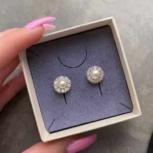 Säljer dessa fina Lily and Rose örhängena i nyskick. Kostar ungefär 299kr nya. Vill sälja dem så snabbt som möjligt så lägg bud💖