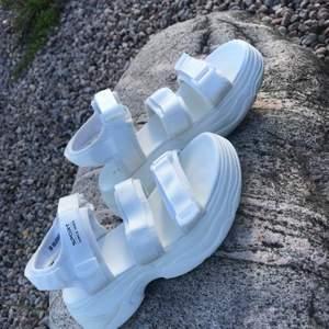 Snygga vita sandaler, det är som chunky sneakers fast sandaler, perfekta sommarskor, vita och fräscha, köparen hämtar eller står för frakten🤍