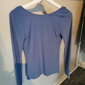 En superfin tröja/blus eller vad man nu vill kalla det. Den har en fin blå färg och den är öppen i ryggen. Lappen är bortklippt men den är helt oanvänd🥰 50kr+frakt❤️