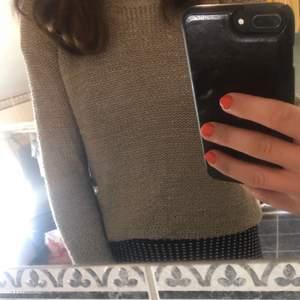 Beige stickad köpt på vero Moda, Strl XS men passar lätt S också! Knappt använd och den sticks inte :)