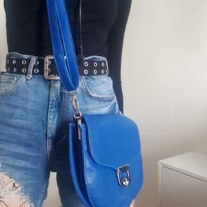 Enkel blå väska i ganska bra skick. Frakt tillkommer.