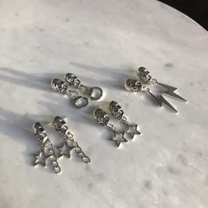 Sjukt coola och snygga örhängen finns nu till salu! Säljs för 69kr/par (Inkl frakt) ⚡️⭐️🦋💕 Följ @alvasellout för fler smycken!