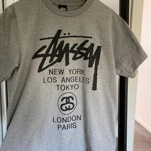 Asball Stussy t-shirt i storlek M. Sitter snyggt oversized på mig som vanligtvis är en S/M💖  Ganska säker på att tröjan är äkta. Skriv för fler bilder.😊😊 150kr + frakt😋