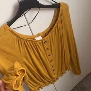 Säljer min gula off shulder tröja för den inte kommer till användning. Den är super bekväm och köpt från H&M för 250kr men säljs för 35kr. Inget är söndrigt och är i nyskick. Frakten betalas av dig. Priset på frakt återkommer❤️