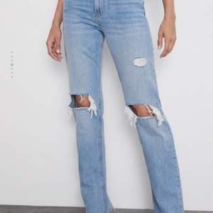 """Säljer dessa supersnygga zara jeans i modellen """"zw premium straight jeans"""". De är helt slutsålda! De har inga fläckar och är i jättebra skick. Jeansen är i storlek 36!💞💞"""