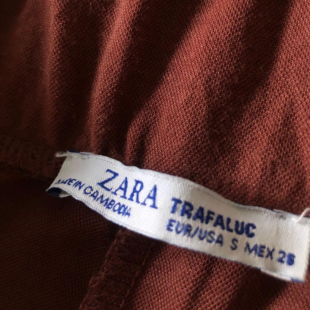 Mjuka, breda byxor från ZARA i stl S, bra passform. Sitter åt i midjan och hänger fint i benen.💕 Går att hämtas i Linköping eller skickas på posten (köparen står för frakt - 63kr) Skriv om du har frågor eller vill köpa byxorna🤍. Jeans & Byxor.