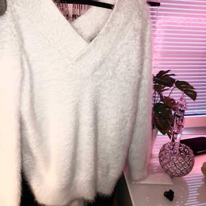 Stickad fluffig vit tröja, storlek M. Använt fåtal gånger 🥰
